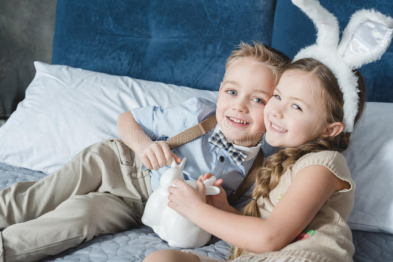 Geschwister mit Osterhasen stockbilder
