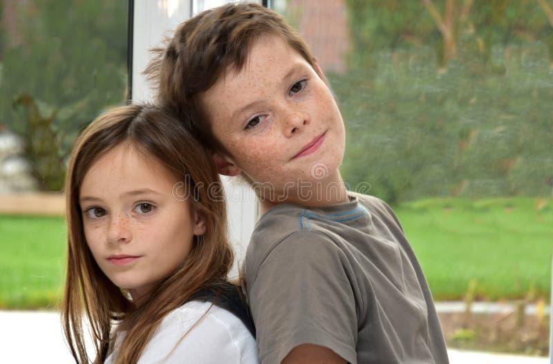 Geschwister mit Sommersprossen stockfoto