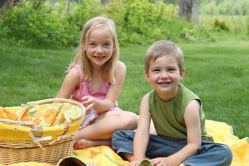 Geschwister-Picknick stockbilder