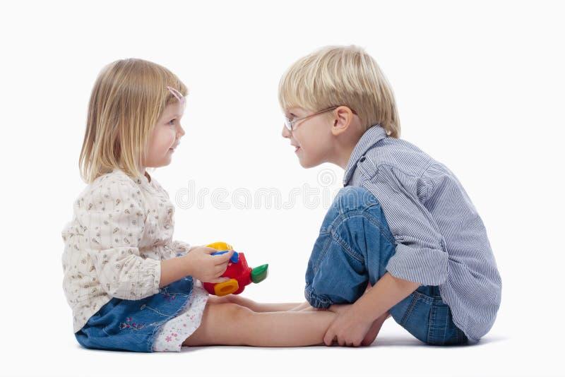 Geschwister und Spielzeugkamera stockbilder