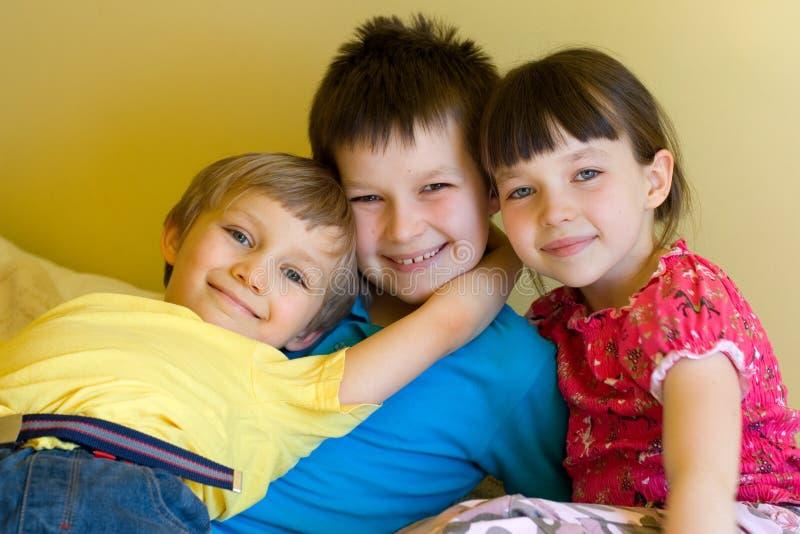 Geschwister zu Hause, Jungenumarmen lizenzfreie stockfotografie