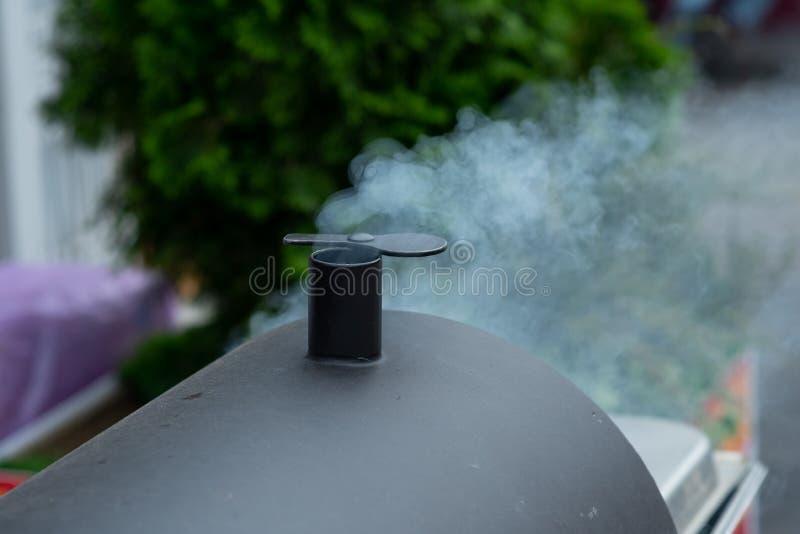 Geschwollener Rauch vom Holzkohlenkaminstarter stockbilder