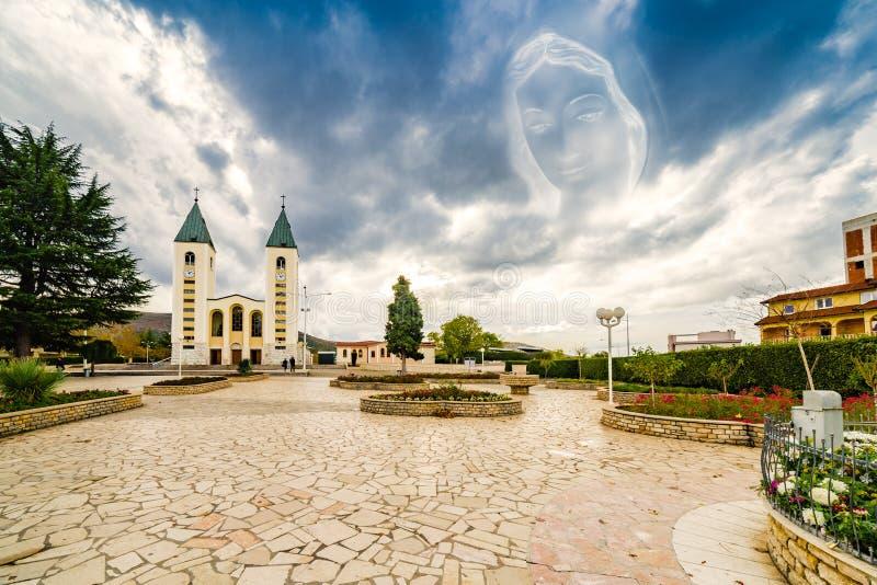 Gesegnete Jungfrau- Mariaikone über Katholischer Kirche stockbild