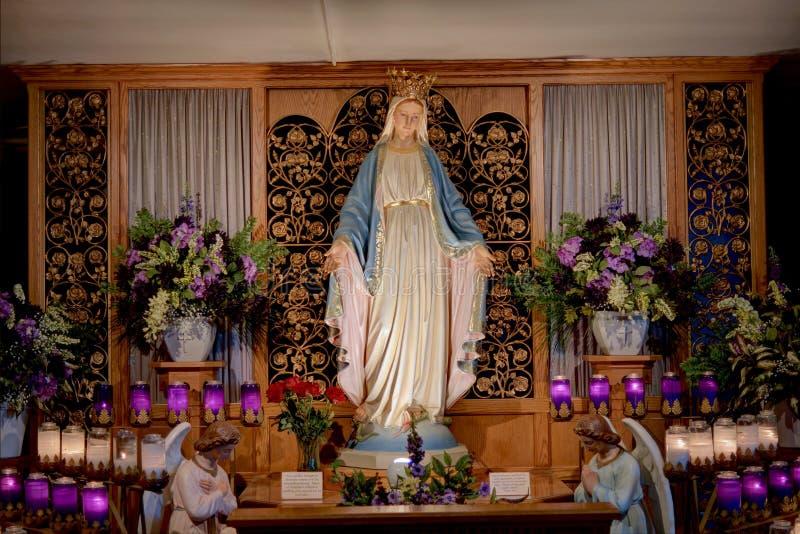 Gesegnete Mutter am marianischen Schrein stockbilder