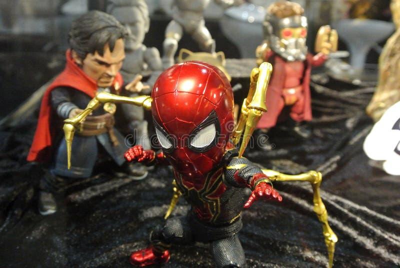 Geselecteerd geconcentreerd van het cijfer spin-Mens van de Wonder Grappige actie met het kostuum van de Ijzerspin stock foto's