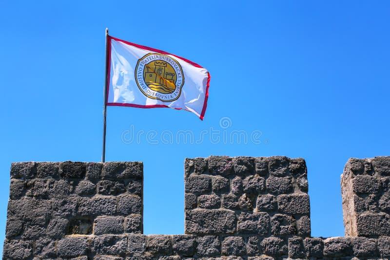 Gesellschaft von Freunden des Dubrovnik-Flaggenfliegens auf die Oberseite von defens stockfotografie