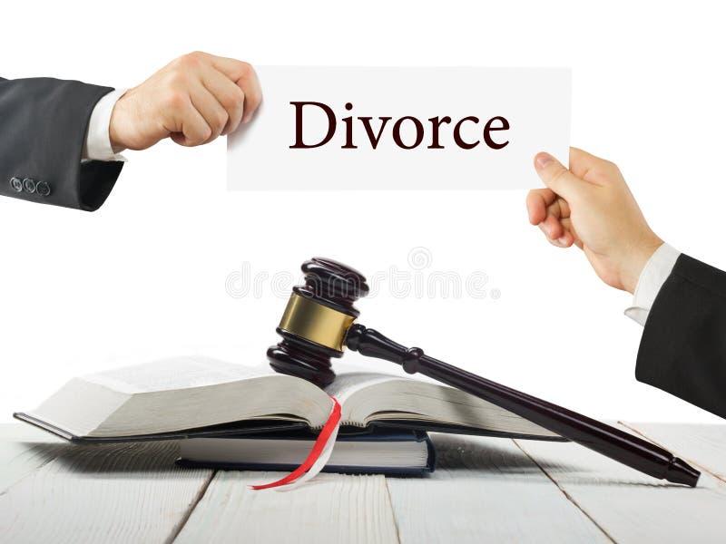 Gesetzbuch und hölzerner Richterhammer auf Tabelle in einem Gerichtssaal oder in einem Strafverfolgungsbüro Rechtsanwalt Hands, d stockbilder