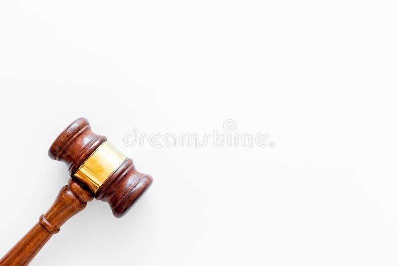 Gesetzes- oder Rechtswissenschaftskonzept Beurteilen Sie Hammer auf weißem Draufsicht-Kopienraum des Hintergrundes stockfotos