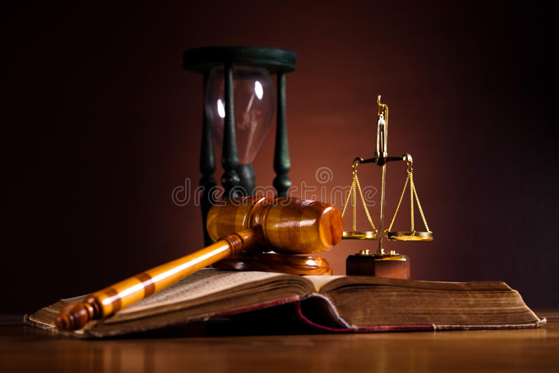 Gesetzes- und Gerechtigkeitskonzept, Gesetzbuch und Skalen stockfotografie