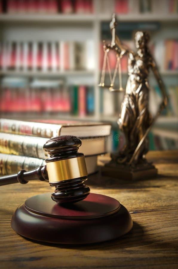 Gesetzeskonzept mit Hammer und Themis im Hintergrund stockbilder