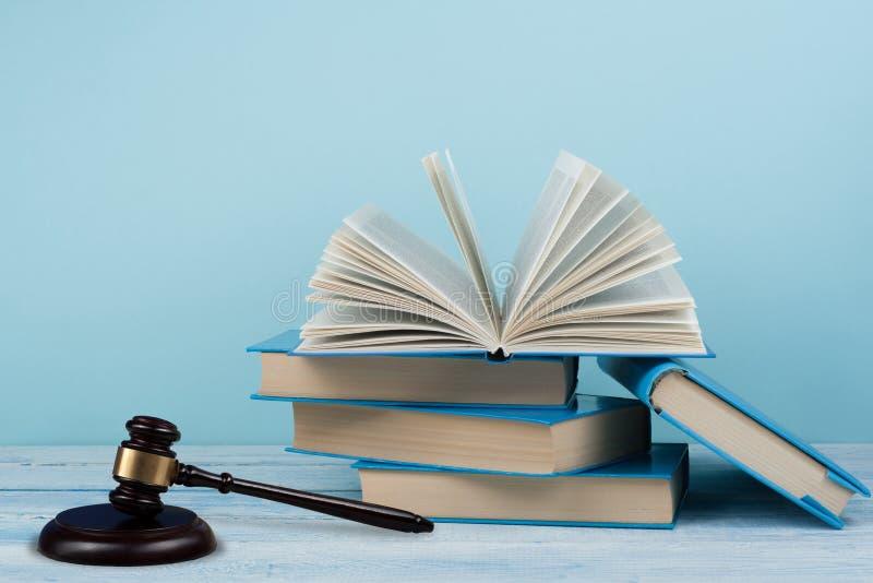 Gesetzeskonzeptoffenes buch mit hölzernem Richterhammer auf Tabelle in einem Gerichtssaal oder in einem Strafverfolgungsbüro, bla stockfoto