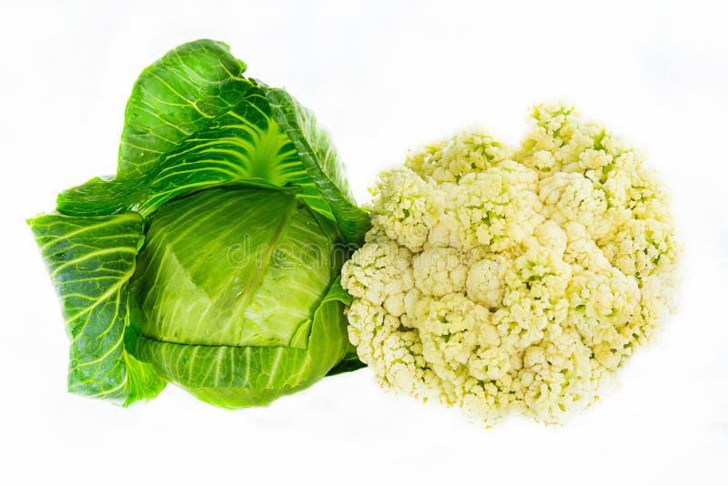 Gesetzte Sammlung weiße der ganzen Frucht des Kohls junge und farbige kontrastierende Paare auf einer weißen Hintergrundnahaufnah stockfotos