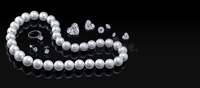 Gesetzte weiße Perlenhalskette und -schmuck des Luxus mit Diamanten im Ring und in den Ohrringen auf einem schwarzen Hintergrund lizenzfreies stockbild