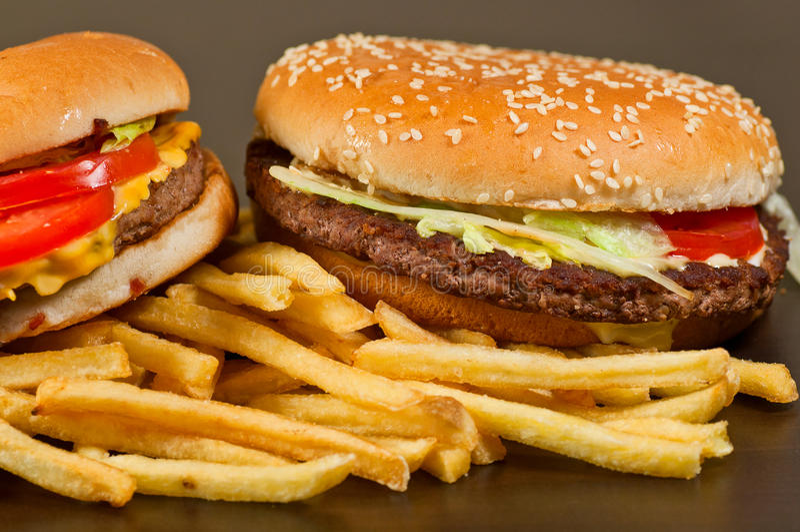 Gesetzter großer Hamburger und Pommes-Frites des Schnellimbisses lizenzfreies stockfoto