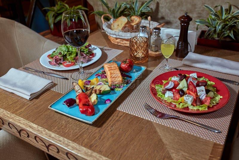 Gesetzter Service der Verpflegungstabelle mit Tafelsilber und Glas Stemware am Restaurant vor Partei lizenzfreies stockfoto