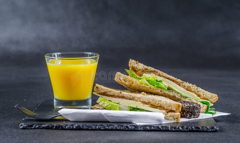 Gesetztes bestehendes gemalztes Brot mit zwei Sandwichen mit Weinlese chedd lizenzfreie stockfotos