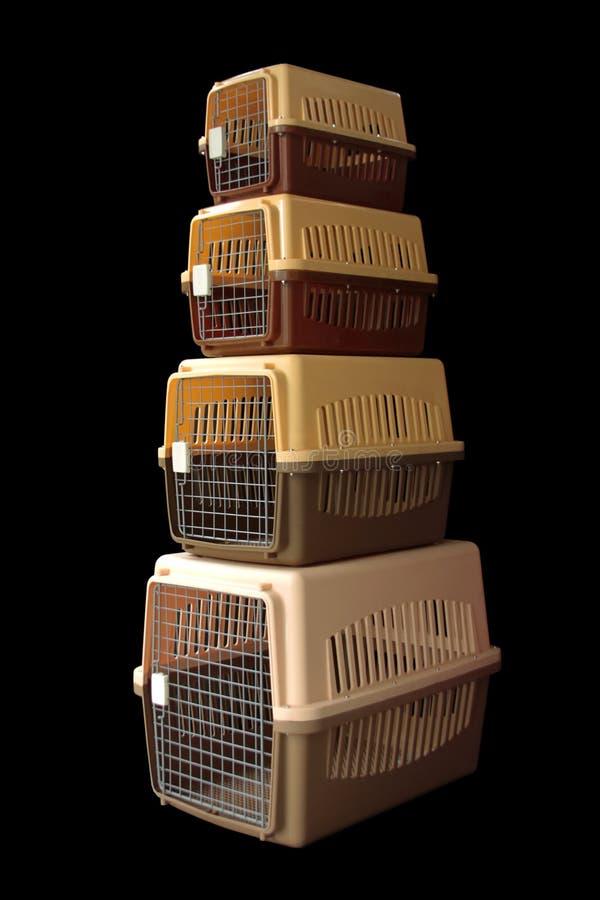 Gesetztes Braun der Haustierfördermaschine für das Reisen mit einem Haustier auf lokalisiertem Schwarzem lizenzfreies stockbild