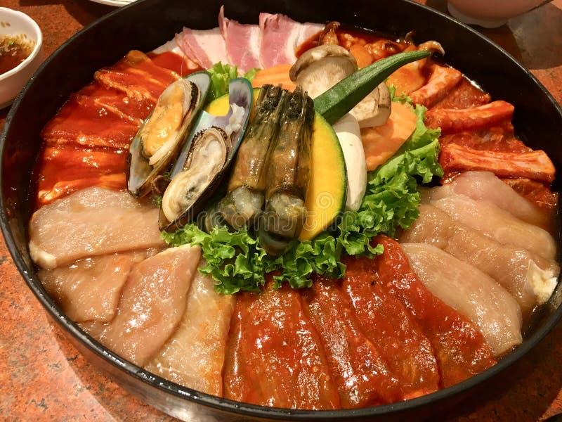 Gesetztes Fleisch und Meeresfrüchte für Grill lizenzfreie stockfotografie