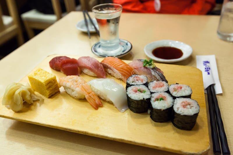 Gesetztes Menü der Sushi mit Grund lizenzfreies stockfoto