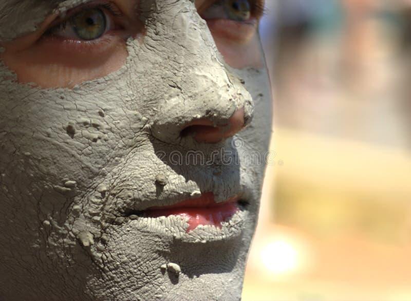 Gesicht abgedeckt mit Schlamm stockbilder