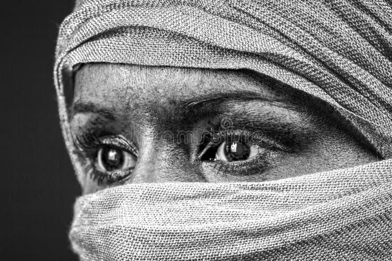 Gesicht bedeckt mit Schal lizenzfreies stockbild