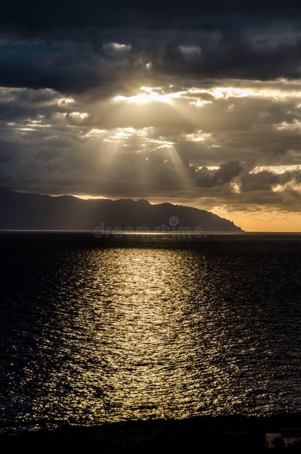 Gesicht in den Wolken bei Sonnenuntergang stockbild