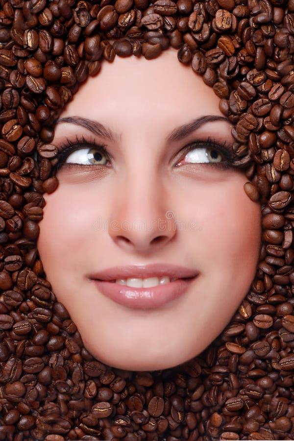 Gesicht der Frau mit Kaffeebohnen stockfoto