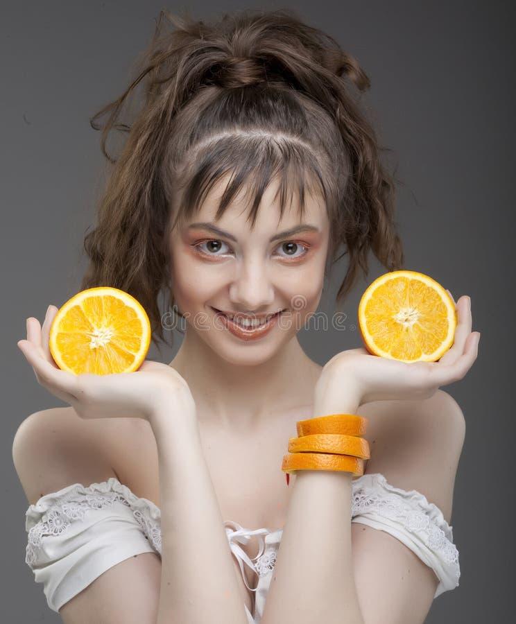 Gesicht der Frau mit saftiger Orange lizenzfreies stockfoto