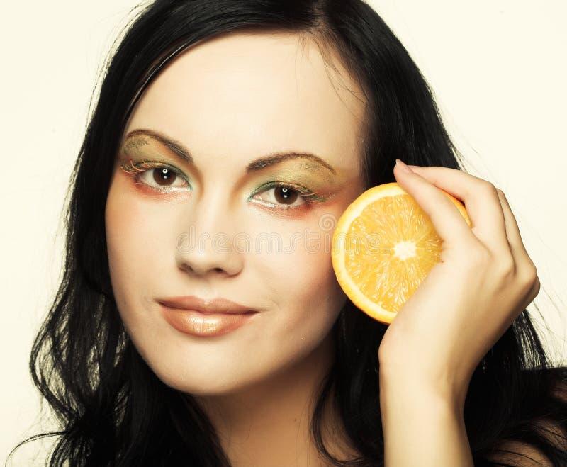 Gesicht der Frau mit saftiger Orange stockfotografie