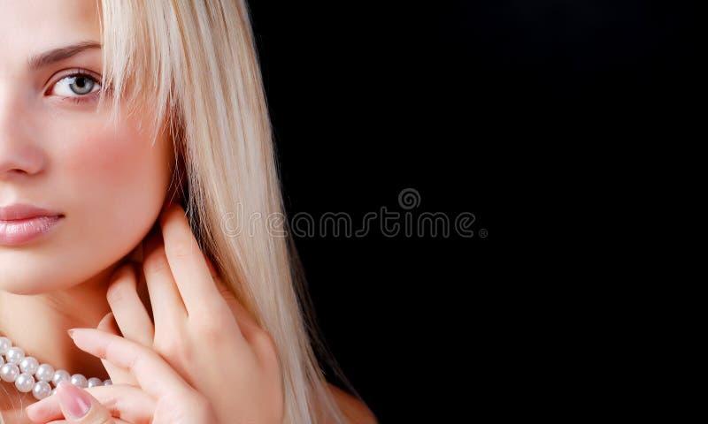 Gesicht der Frauen- und Perlenhalskette lizenzfreie stockfotografie