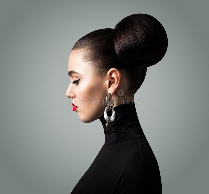 Gesicht der jungen Frau Nettes Mädchen mit eleganter Retrostil-Frisur lizenzfreies stockbild