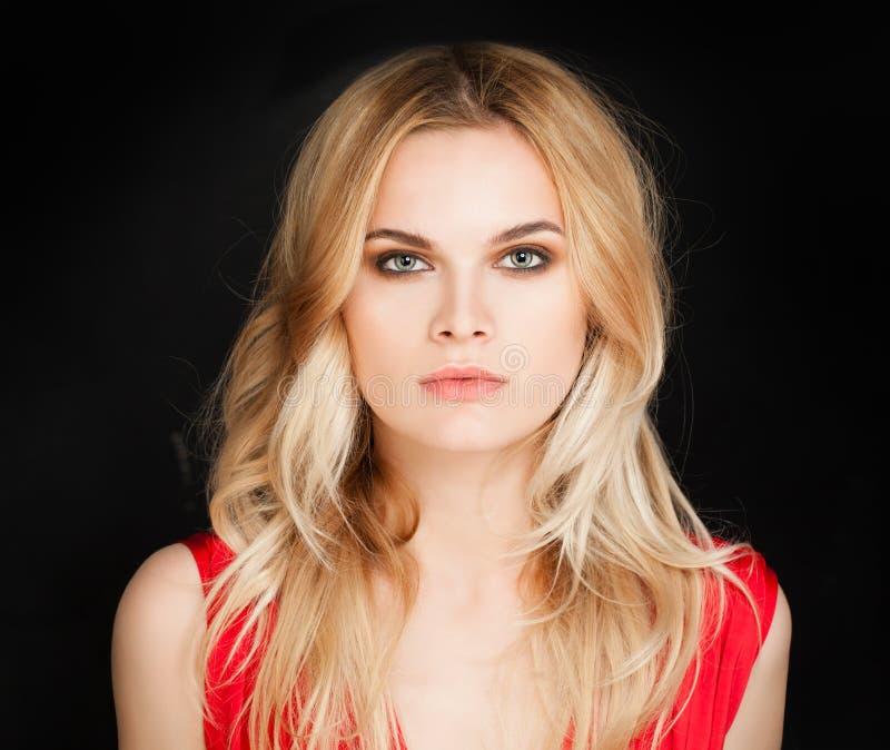 Gesicht der jungen Frau Portrait des netten blonden Mädchens stockfoto
