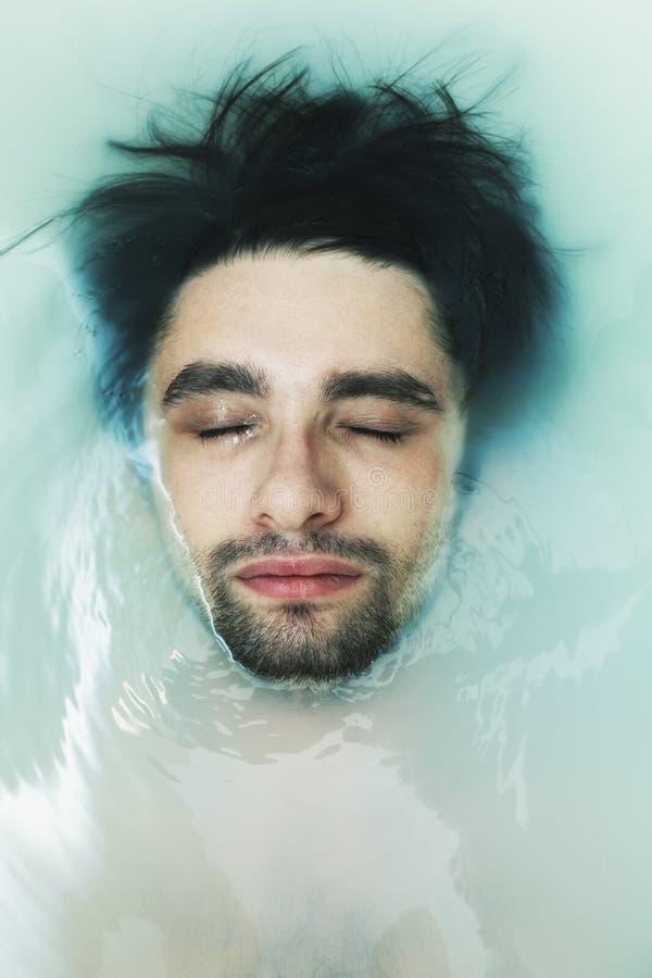 Gesicht der jungen Männer im schlammigen Wasser stockbilder