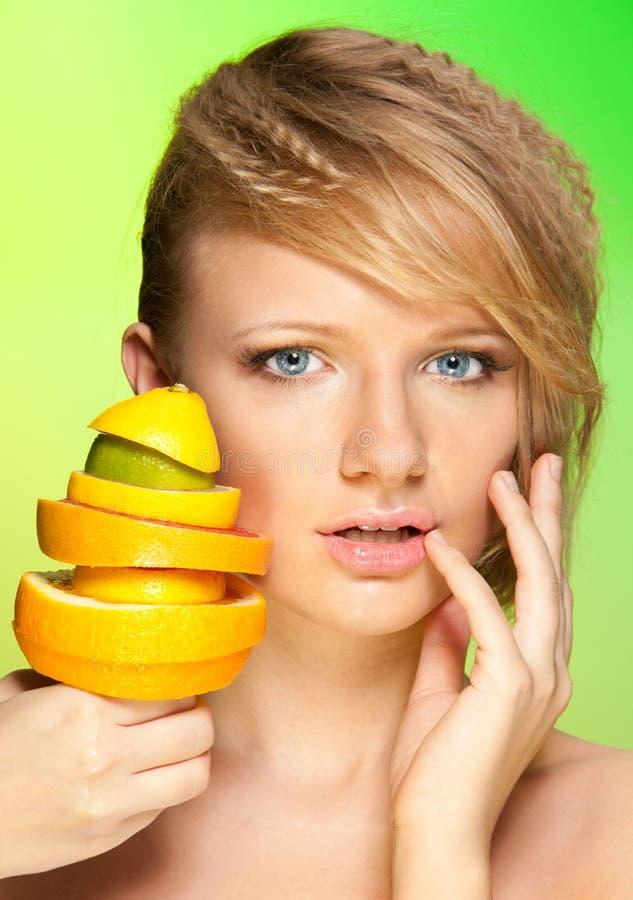 Gesicht der schönen Frau mit Pyramide der Früchte stockfotos