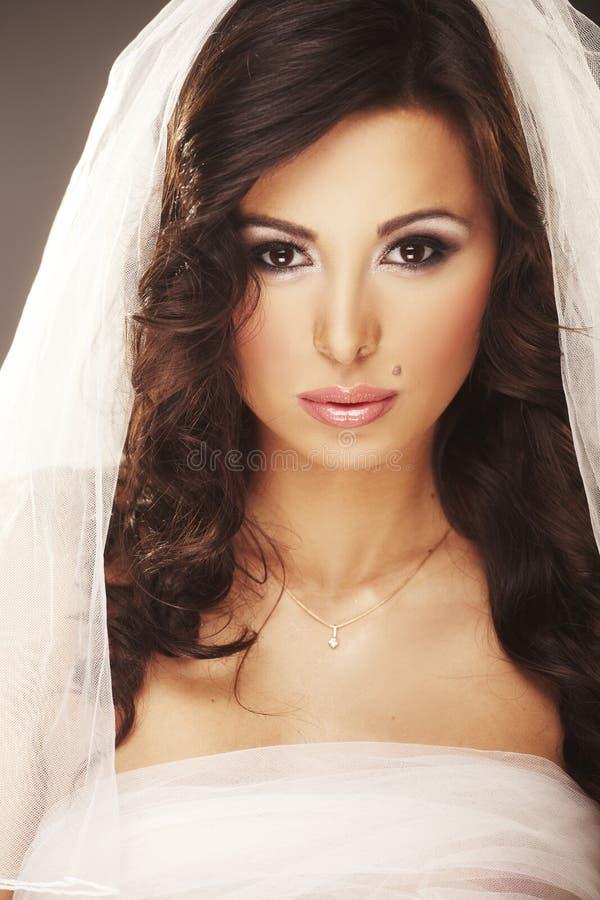 Gesicht der schönen jungen Braut mit glücklichem Lächeln stockbild