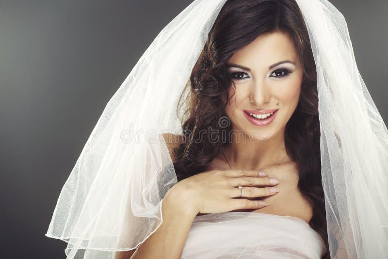Gesicht der schönen jungen Braut mit glücklichem Lächeln lizenzfreies stockfoto
