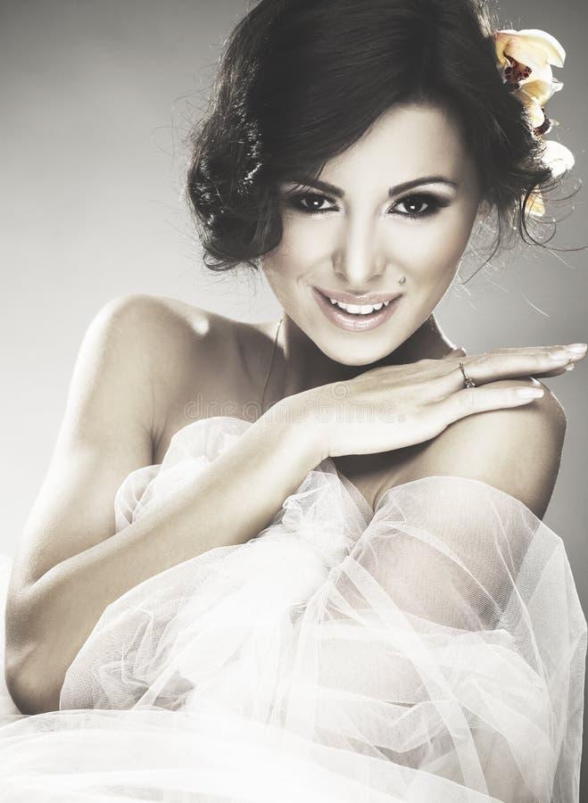 Gesicht der schönen jungen Braut mit glücklichem Lächeln stockfoto
