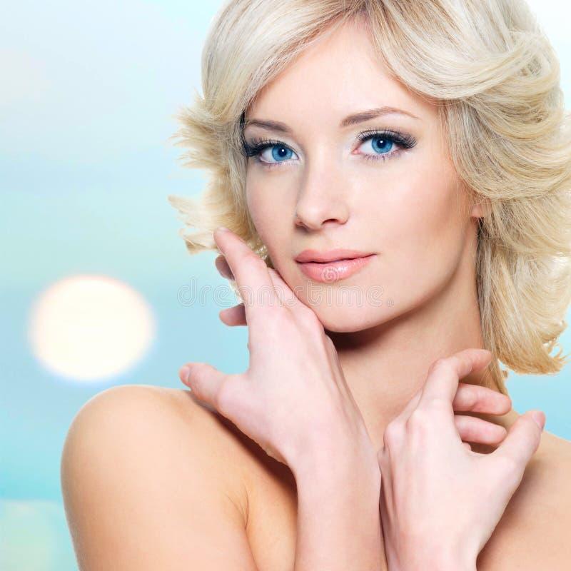 Gesicht der Schönheit mit dem weißen Haar lizenzfreie stockfotos