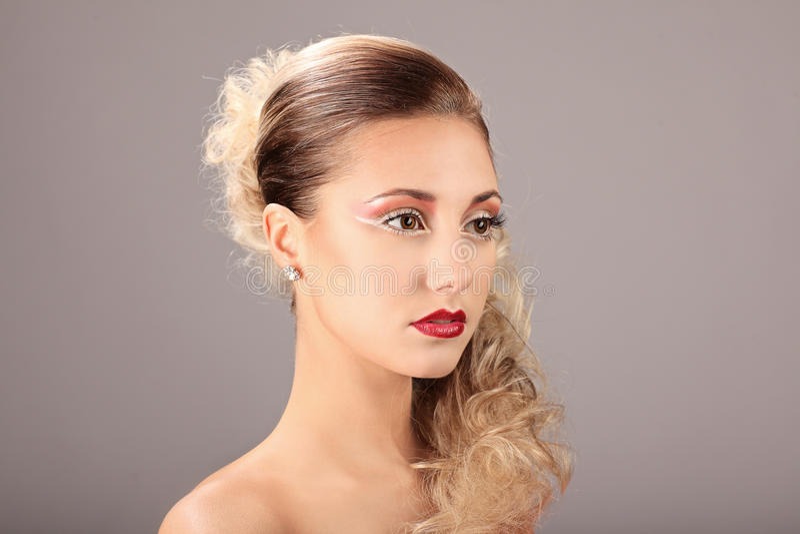 Gesicht der Schönheit mit Modefrisur und Zaubermake-up lizenzfreie stockfotos