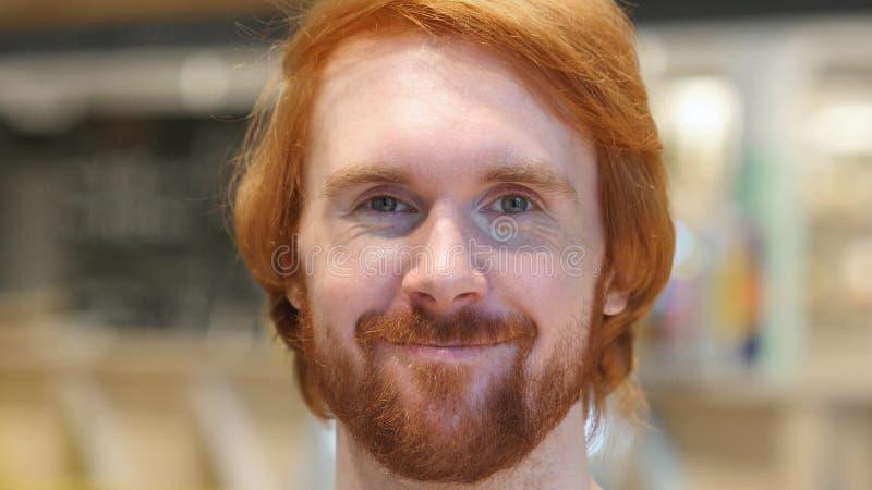 Gesicht des Bart-Mannes Kopf rüttelnd, um zuzustimmen, ja stockfotos