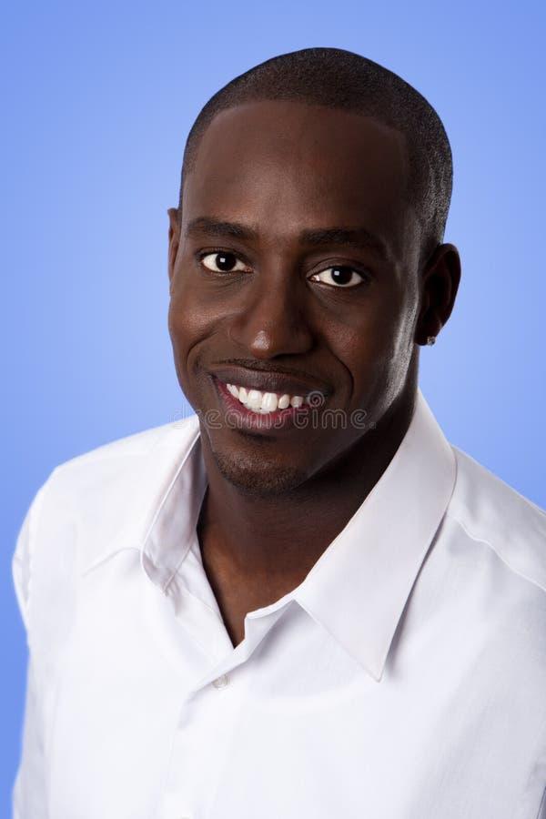 Gesicht des glücklichen lächelnden afrikanischen Mannes stockfotos