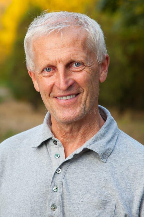 Gesicht des grau-haarigen alten Mannes stockfotos