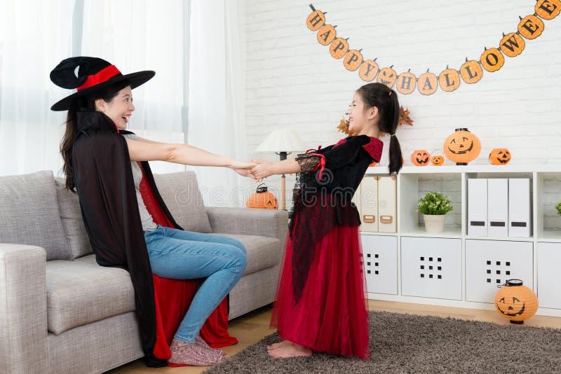 Gesicht des kleinen Mädchens miteinander durch das Halten der Hand stockfotografie
