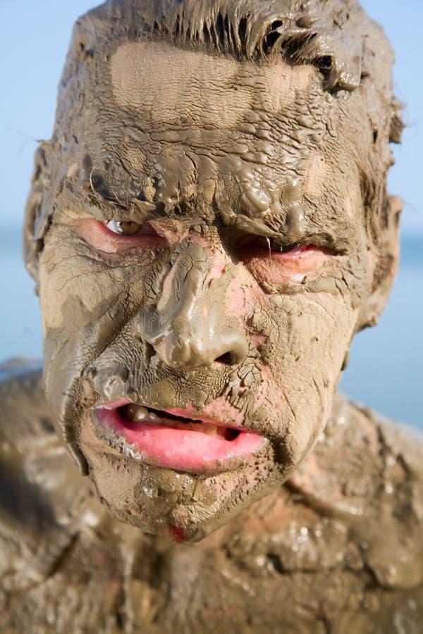 Gesicht des Mannes ist im Schlamm sehr schmutzig stockfoto