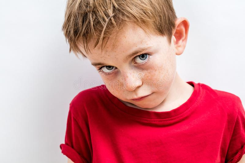 Gesicht des schmollenden kleinen Jungen, der umgekippte Entschuldigungen und Zerbrechlichkeit ausdrückt lizenzfreies stockfoto