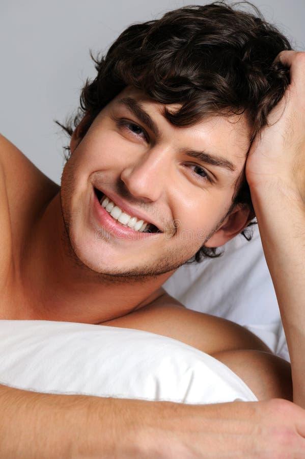 Gesicht eines lächelnden glücklichen jungen Mannes lizenzfreie stockfotografie