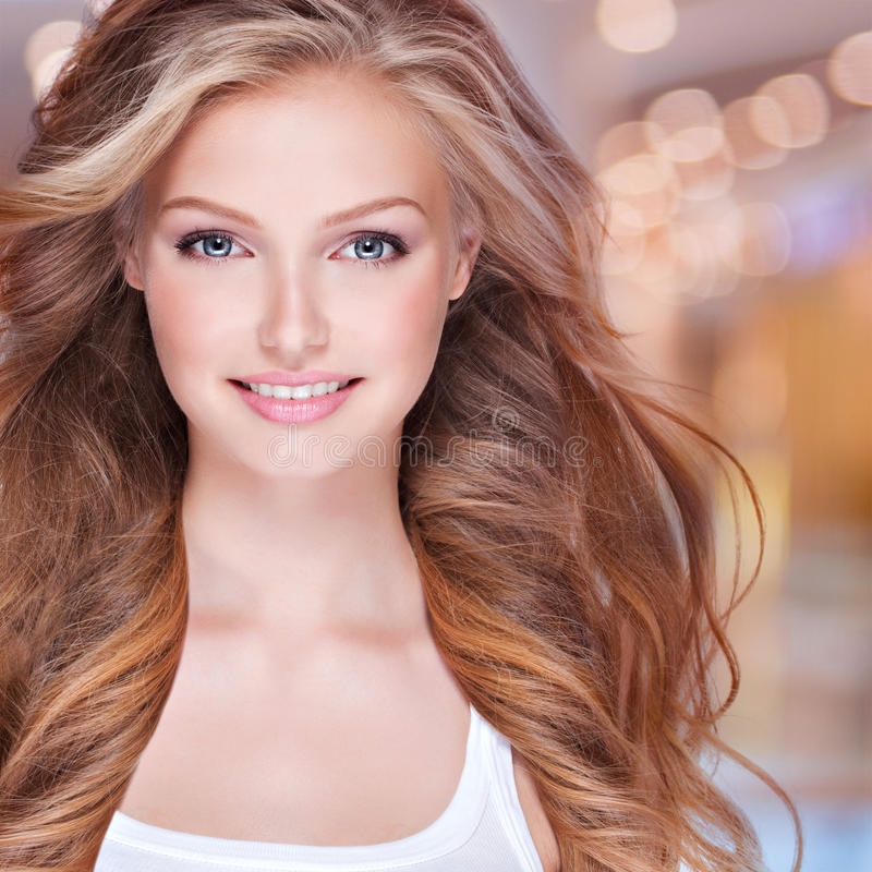 Gesicht eines lächelnden hübschen Modells, das Kamera betrachtet stockbilder