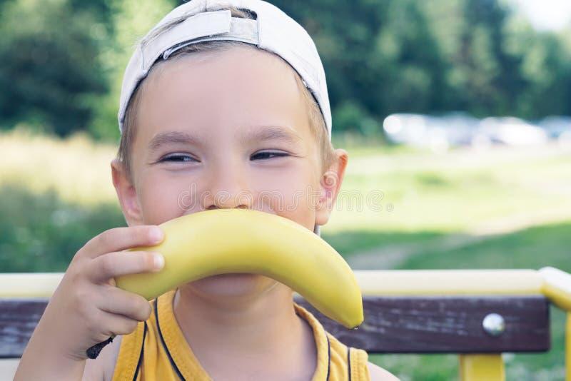 Gesicht eines schönen jungen kaukasischen Jungen mit dem Bananenschnurrbart auf Naturhintergrund lizenzfreie stockbilder