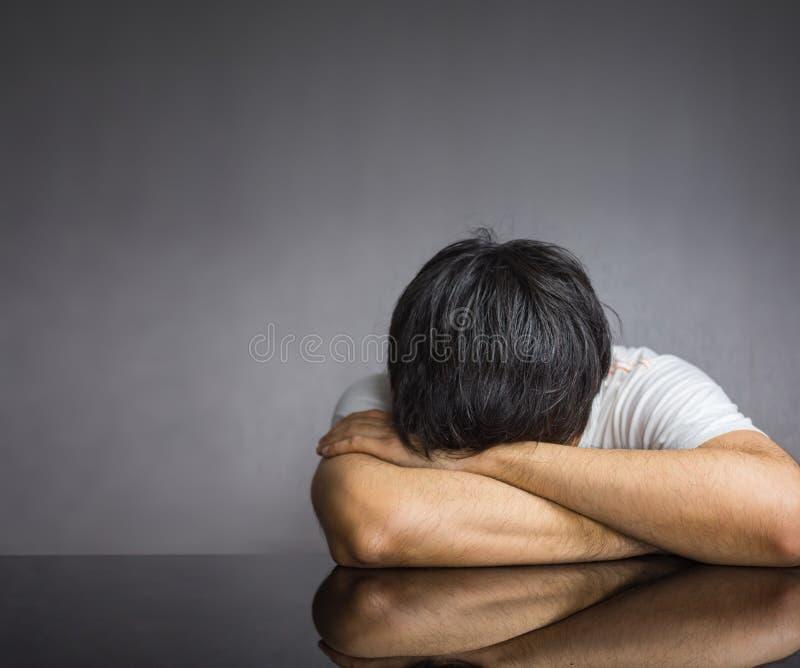 Gesicht gegen Tabelle auf dunklem Hintergrund stockfotos