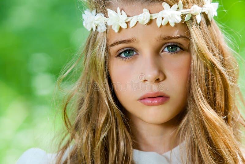 Gesicht geschossen vom netten Mädchen mit Stirnband. lizenzfreies stockbild